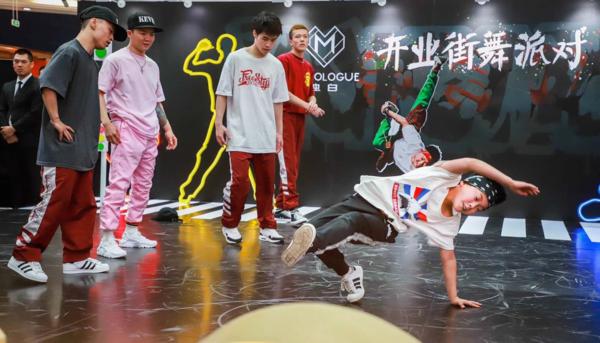杨凯带领星空间成员与嘻哈帮萌娃BATTLE斗舞3.png