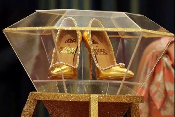 世界最贵高跟鞋亮相迪拜 鞋身镶满钻石.jpg