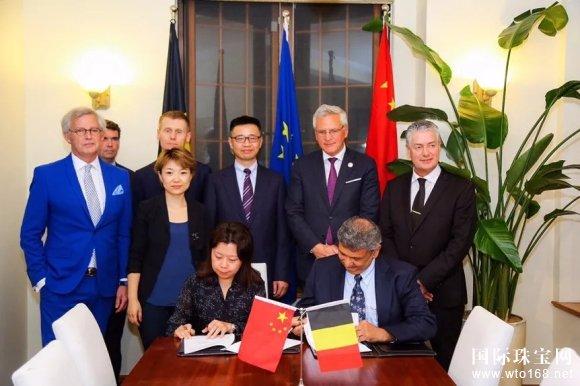 图:AWDC主席Nishit parkih(前排右一)与天猫服饰总经理尓丁(前排左一)签署合作协议.jpg
