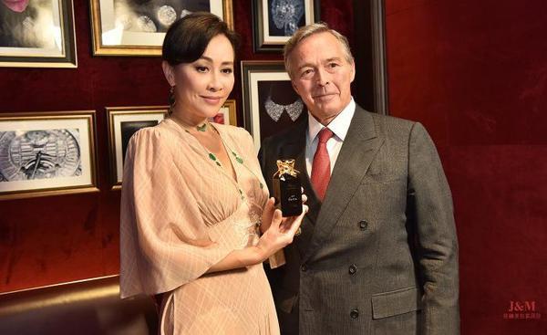 Chopard蕭邦品牌聯合總裁卡爾-弗雷德里克·舍費爾(Karl-Friedrich Scheufele)先生代表品牌贈予劉嘉玲女士鐫刻其姓名的奢華香水.jpg