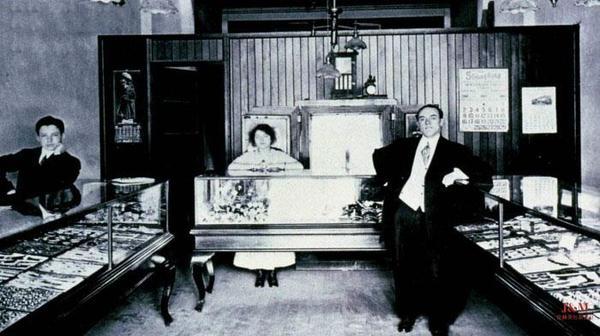 年轻的海瑞•温斯顿先生与他的父亲.jpg